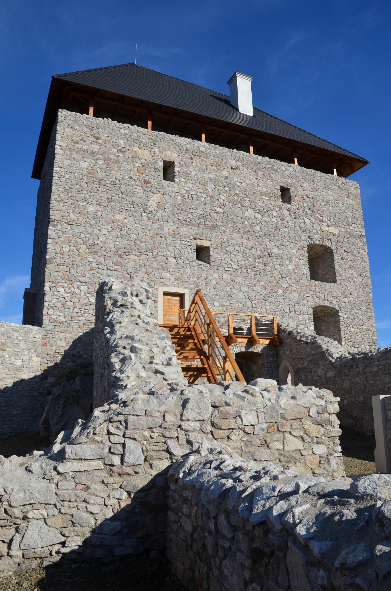 Regéci vár-Régészeti kutatás, kőfalazat rekonstrukció, homlokzati kőfelület kialakítása, fa födémszerkezet építése