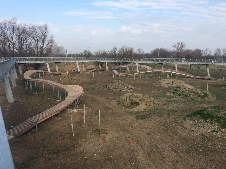 Kerékpáros kalandpark kivitelezése, gyalogos híd építése