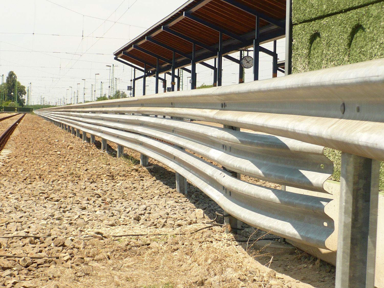 Budapest – Debrecen vasútvonalon szalagkorlát kiépítése