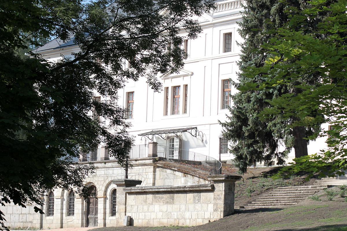 A bicskei Batthyány-kastély védett történeti kert felújítása