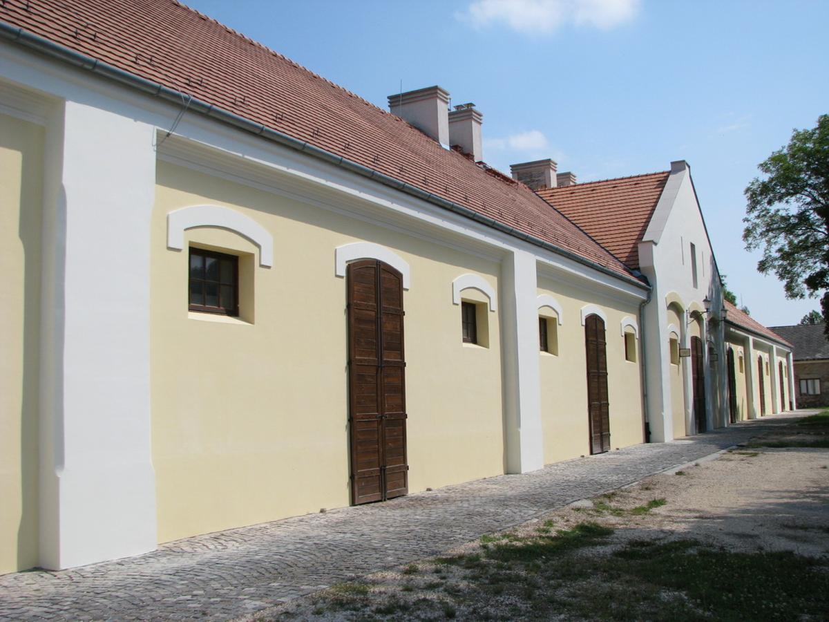 Kisbéri lovarda és istálló felújítása: Műemléki épület rekonstrukciója